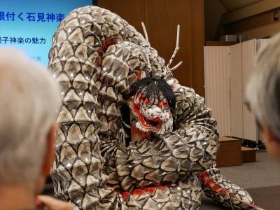 大蛇(オロチ)の実演
