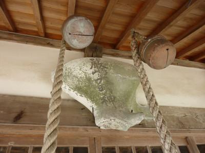巨大な貝殻?に「厳島神社」とある