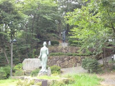 人麻呂像と依羅娘子像