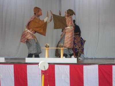 菩比の上使・もどき二人が掌を合わせる
