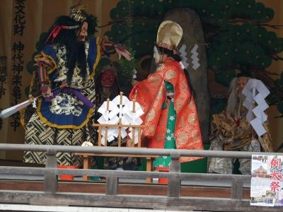 亀山社中・天の岩戸・暗闇の中、天鈿女命に手引きされる手力男命